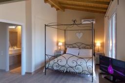 Спальня. Греция, Айос Прокопиос : Уютная вилла с бассейном и приватным двориком, 2 спальни, 2 ванные комнаты, парковка, Wi-Fi