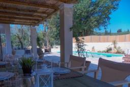 Обеденная зона. Греция, Айос Прокопиос : Уютная вилла с бассейном и приватным двориком, 2 спальни, 2 ванные комнаты, парковка, Wi-Fi
