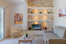 Гостиная. Греция, Айос Прокопиос : Уютная вилла с бассейном и приватным двориком, 2 спальни, 2 ванные комнаты, парковка, Wi-Fi