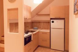 Кухня. Греция, Айос Прокопиос : Уютная вилла с бассейном и приватным двориком, 2 спальни, 2 ванные комнаты, парковка, Wi-Fi