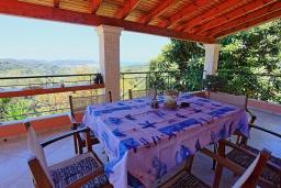 Обеденная зона. Греция, Сидари : Прекрасная вилла с видом на море, 3 спальни, 2 ванные комнаты, барбекю, парковка, Wi-Fi