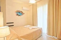 Спальня. Греция, Сидари : Прекрасная вилла с видом на море, 3 спальни, 2 ванные комнаты, барбекю, парковка, Wi-Fi