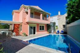 Фасад дома. Греция, Кассиопи : Прекрасная вилла в 150 метрах от пляжа с бассейном и двориком с барбекю, 3 спальни, 2 ванные комнаты, парковка, Wi-Fi