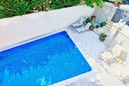 Бассейн. Греция, Кассиопи : Прекрасная вилла в 150 метрах от пляжа с бассейном и двориком с барбекю, 3 спальни, 2 ванные комнаты, парковка, Wi-Fi
