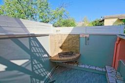 Территория. Греция, Кассиопи : Прекрасная вилла в 150 метрах от пляжа с бассейном и двориком с барбекю, 3 спальни, 2 ванные комнаты, парковка, Wi-Fi