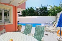 Обеденная зона. Греция, Кассиопи : Прекрасная вилла в 150 метрах от пляжа с бассейном и двориком с барбекю, 3 спальни, 2 ванные комнаты, парковка, Wi-Fi