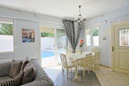 Гостиная. Греция, Кассиопи : Прекрасная вилла в 150 метрах от пляжа с бассейном и двориком с барбекю, 3 спальни, 2 ванные комнаты, парковка, Wi-Fi