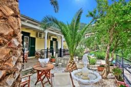 Терраса. Греция, Каминаки : Уютная вилла в 50 метрах от пляжа с зеленым двориком, барбекю и видом на море, 3 спальни, 2 ванные комнаты, парковка, Wi-Fi