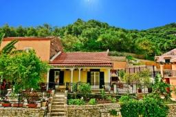 Фасад дома. Греция, Каминаки : Уютная вилла в 50 метрах от пляжа с зеленым двориком, барбекю и видом на море, 3 спальни, 2 ванные комнаты, парковка, Wi-Fi