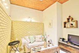 Гостиная. Греция, Каминаки : Уютная вилла в 50 метрах от пляжа с зеленым двориком, барбекю и видом на море, 3 спальни, 2 ванные комнаты, парковка, Wi-Fi