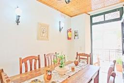 Обеденная зона. Греция, Каминаки : Уютная вилла в 50 метрах от пляжа с зеленым двориком, барбекю и видом на море, 3 спальни, 2 ванные комнаты, парковка, Wi-Fi