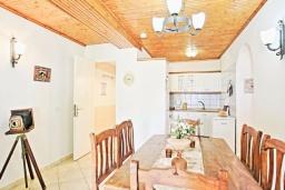 Кухня. Греция, Каминаки : Уютная вилла в 50 метрах от пляжа с зеленым двориком, барбекю и видом на море, 3 спальни, 2 ванные комнаты, парковка, Wi-Fi