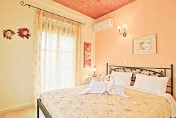 Спальня. Греция, Каминаки : Уютная вилла в 50 метрах от пляжа с зеленым двориком, барбекю и видом на море, 3 спальни, 2 ванные комнаты, парковка, Wi-Fi