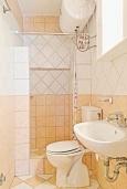 Ванная комната. Греция, Каминаки : Уютная вилла в 50 метрах от пляжа с зеленым двориком, барбекю и видом на море, 3 спальни, 2 ванные комнаты, парковка, Wi-Fi