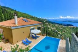 Фасад дома. Греция, Гимари : Современная вилла с бассейном и видом на море, 2 спальни, 3 ванные комнаты, барбекю, парковка, Wi-Fi