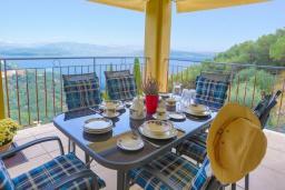Обеденная зона. Греция, Гимари : Современная вилла с бассейном и видом на море, 2 спальни, 3 ванные комнаты, барбекю, парковка, Wi-Fi