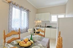 Кухня. Греция, Айос Спиридон : Современная вилла с террасой и барбекю, 2 спальни, парковка, Wi-Fi