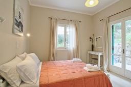 Спальня. Греция, Айос Спиридон : Современная вилла с террасой и барбекю, 2 спальни, парковка, Wi-Fi