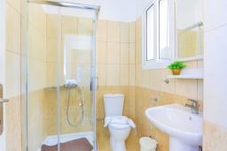 Ванная комната. Греция, Барбати : Современная вилла с бассейном и шикарным видом на море, 2 спальни, 2 ванные комнаты, барбекю, парковка, Wi-Fi