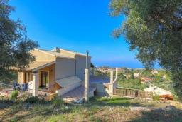 Фасад дома. Греция, Ахарави : Прекрасная вилла с зеленым двориком, барбекю и видом на море, 4 спальни, 3 ванные комнаты, парковка, Wi-Fi