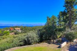 Территория. Греция, Ахарави : Прекрасная вилла с зеленым двориком, барбекю и видом на море, 4 спальни, 3 ванные комнаты, парковка, Wi-Fi