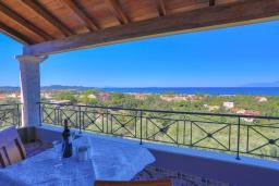 Терраса. Греция, Ахарави : Прекрасная вилла с зеленым двориком, барбекю и видом на море, 4 спальни, 3 ванные комнаты, парковка, Wi-Fi