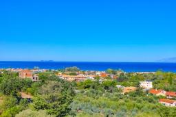 Вид на море. Греция, Ахарави : Прекрасная вилла с зеленым двориком, барбекю и видом на море, 4 спальни, 3 ванные комнаты, парковка, Wi-Fi
