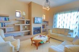 Гостиная. Греция, Ахарави : Прекрасная вилла с зеленым двориком, барбекю и видом на море, 4 спальни, 3 ванные комнаты, парковка, Wi-Fi