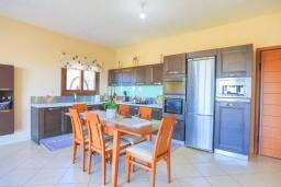 Кухня. Греция, Ахарави : Прекрасная вилла с зеленым двориком, барбекю и видом на море, 4 спальни, 3 ванные комнаты, парковка, Wi-Fi