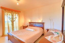 Спальня. Греция, Ахарави : Прекрасная вилла с зеленым двориком, барбекю и видом на море, 4 спальни, 3 ванные комнаты, парковка, Wi-Fi
