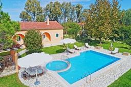 Фасад дома. Греция, Рода : Прекрасная вилла с бассейном и зеленым двориком с барбекю, 3 спальни, 2 ванные комнаты, парковка, Wi-Fi