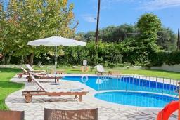 Бассейн. Греция, Рода : Прекрасная вилла с бассейном и зеленым двориком с барбекю, 3 спальни, 2 ванные комнаты, парковка, Wi-Fi