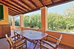 Терраса. Греция, Рода : Прекрасная вилла с бассейном и зеленым двориком с барбекю, 3 спальни, 2 ванные комнаты, парковка, Wi-Fi