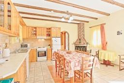 Кухня. Греция, Рода : Прекрасная вилла с бассейном и зеленым двориком с барбекю, 3 спальни, 2 ванные комнаты, парковка, Wi-Fi
