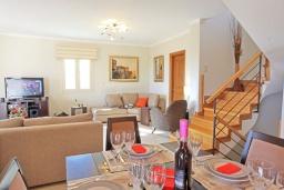 Гостиная. Греция, Гувия : Роскошная вилла с бассейном и зеленым двориком с барбекю, 4 спальни, 3 ванные комнаты, парковка, Wi-Fi