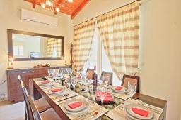 Обеденная зона. Греция, Гувия : Роскошная вилла с бассейном и зеленым двориком с барбекю, 4 спальни, 3 ванные комнаты, парковка, Wi-Fi