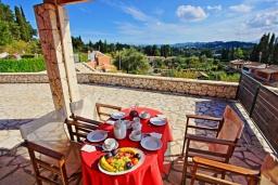 Терраса. Греция, Гувия : Роскошная вилла с бассейном и зеленым двориком с барбекю, 4 спальни, 3 ванные комнаты, парковка, Wi-Fi