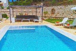 Бассейн. Греция, Гувия : Роскошная вилла с бассейном и зеленым двориком с барбекю, 4 спальни, 3 ванные комнаты, парковка, Wi-Fi