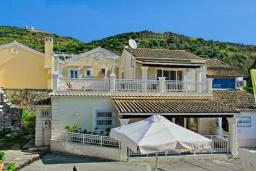 Фасад дома. Греция, Айос Стефанос : Прекрасная вилла в 150 метрах от пляжа с террасой и видом на море, 3 спальни, 3 ванные комнаты, Wi-Fi
