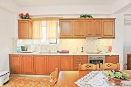 Кухня. Греция, Айос Стефанос : Прекрасная вилла в 150 метрах от пляжа с террасой и видом на море, 3 спальни, 3 ванные комнаты, Wi-Fi