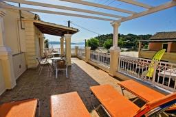 Терраса. Греция, Айос Стефанос : Прекрасная вилла в 150 метрах от пляжа с террасой и видом на море, 3 спальни, 3 ванные комнаты, Wi-Fi