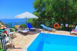 Бассейн. Греция, Нисаки : Прекрасная вилла с бассейном и шикарным видом на море, 3 спальни, 2 ванные комнаты, барбекю, парковка, Wi-Fi