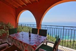 Терраса. Греция, Нисаки : Прекрасная вилла с бассейном и шикарным видом на море, 3 спальни, 2 ванные комнаты, барбекю, парковка, Wi-Fi
