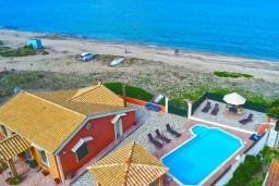 Фасад дома. Греция, Альмирос : Уютная пляжная вилла с бассейном и шикарный видом на море, 3 спальни, 2 ванные комнаты, барбекю, парковка, Wi-Fi