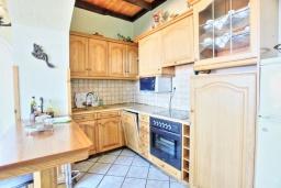 Кухня. Греция, Альмирос : Уютная пляжная вилла с бассейном и шикарный видом на море, 3 спальни, 2 ванные комнаты, барбекю, парковка, Wi-Fi