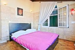 Спальня. Греция, Альмирос : Уютная пляжная вилла с бассейном и шикарный видом на море, 3 спальни, 2 ванные комнаты, барбекю, парковка, Wi-Fi