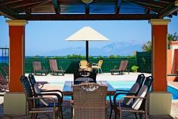 Обеденная зона. Греция, Альмирос : Уютная пляжная вилла с бассейном и шикарный видом на море, 3 спальни, 2 ванные комнаты, барбекю, парковка, Wi-Fi