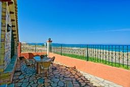 Терраса. Греция, Альмирос : Уютная пляжная вилла с бассейном и шикарный видом на море, 3 спальни, 2 ванные комнаты, барбекю, парковка, Wi-Fi