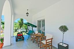 Терраса. Греция, Агнос : Роскошная вилла с большим бассейном и двориком с барбекю, 4 спальни, 3 ванные комнаты, парковка, Wi-Fi