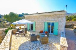 Фасад дома. Греция, Кассиопи : Прекрасная вилла с бассейном и видом на море, 5 спален, 4 ванные комнаты, барбекю, парковка, Wi-Fi